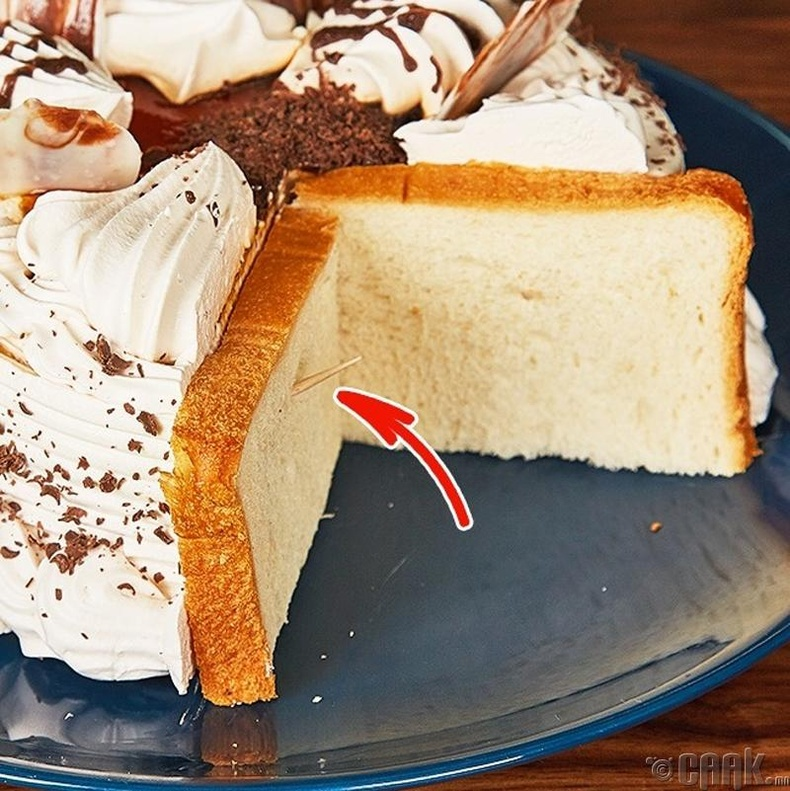 Хуваасан бялууг шинэхэн хэвээр нь байлгахын тулд талх ашиглаарай.