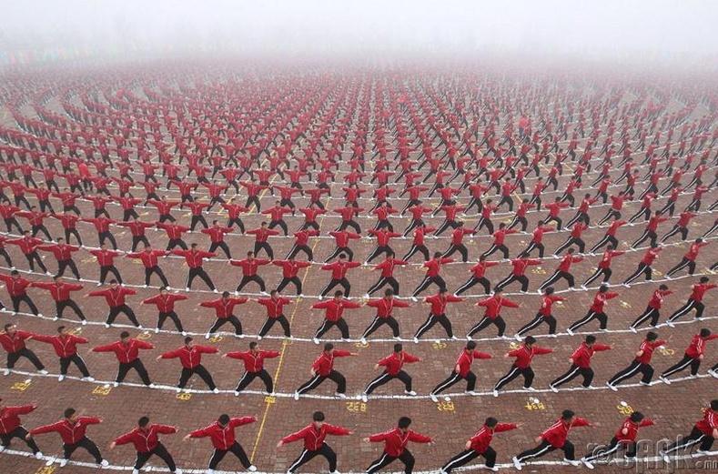Хенан хотын хүүхдүүд У Шугийн дасгал хийж байгаа нь