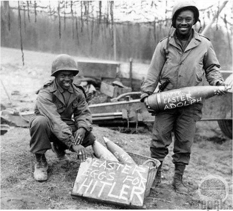 """АНУ-ын их бууны ангийн цэргүүд """"Гитлерт зориулсан цагаан өндөг""""-ийг бэлдэж байгаа нь - 1945 он"""