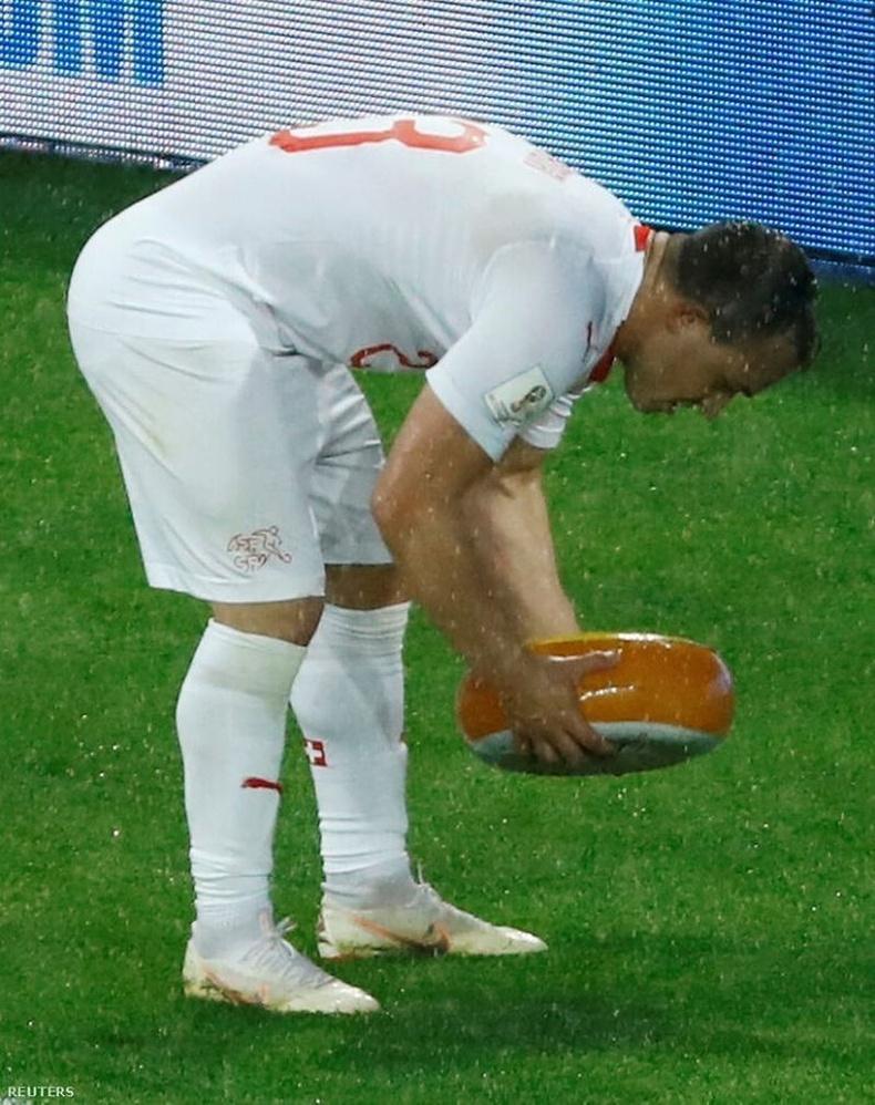 Гоол оруулсан тоглогчид баярласнаа илэрхийлж, Швейцарийн фанатууд түүн рүү бүтэн бяслаг шиджээ