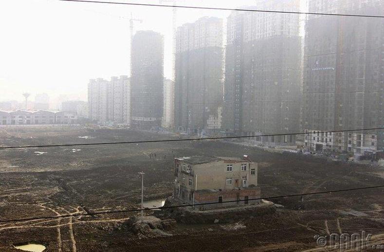 Сяняньд баригдаж буй өндөр барилгуудындундганцаараа үлдсэн 3 давхар барилга