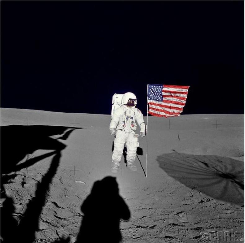 Сансрын нисгэгч Эдгар Д. Мичел (Edgar D. Mitchell) саран дээр АНУ-ын далбааны дэргэд зогсож байна