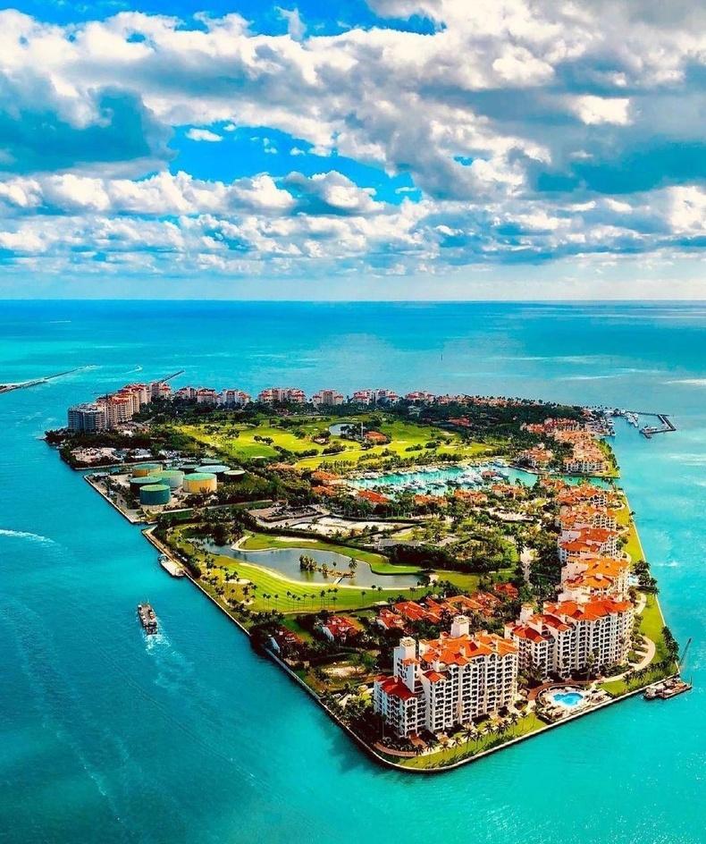 АНУ дахь хамгийн баян хороолол Фишер Айленд. Иргэдийнх нь дундаж орлого 2.2 сая доллар байдаг.