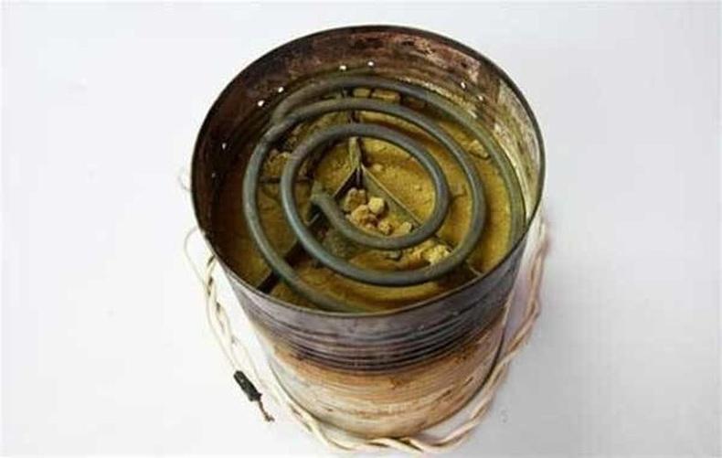 Хуучин кофены лаазаар хийсэн зуухан дээр архи нэрдэг байжээ