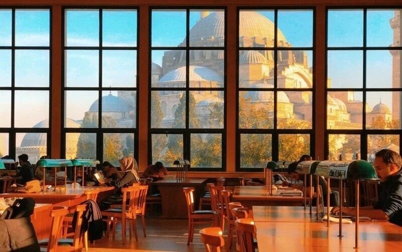 Истанбулын үндэсний номын сангийн цонхоор алдарт Хага Софиа сүм харагдаж буй нь