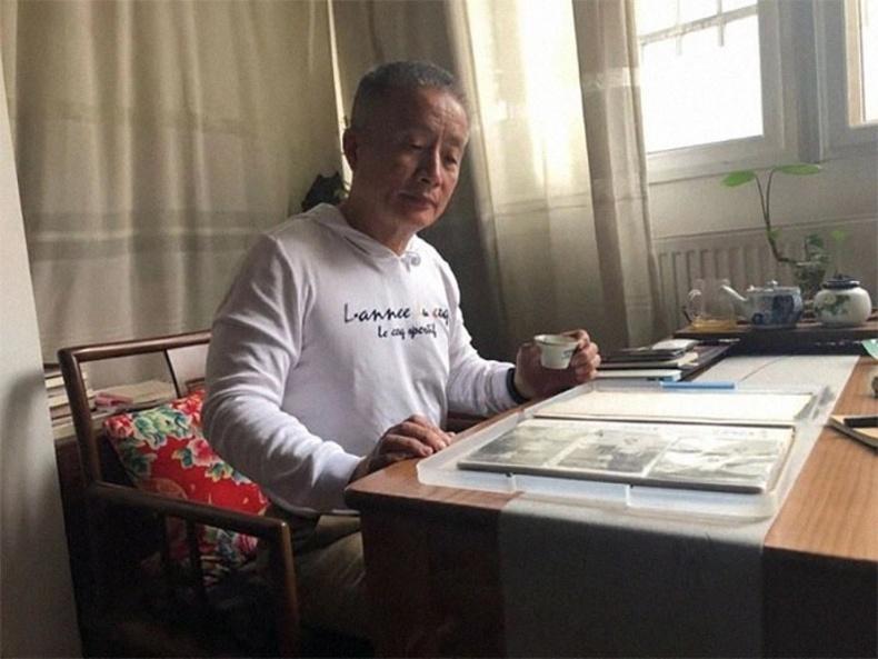 2020-Зургийн цомгоо үзэж буй Юнкин