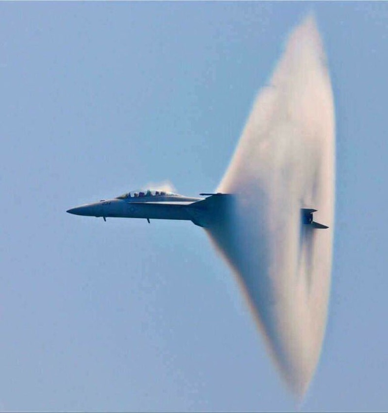Байлдааны F-18 онгоц дуунаас хурдалж буй нь