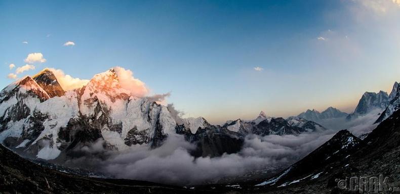 Эверест ууланд нар жаргаж буй нь, Даниел Бир