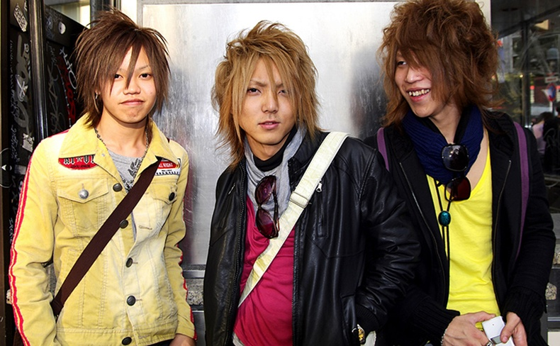 Хийсвэр амьдралд хэтэрхий донтогч Японы гаж залуус