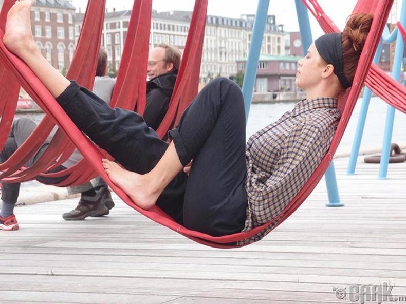 Копенхаген хотын иргэд гудамжны савлууран орон дээр тухлан амарч болдог