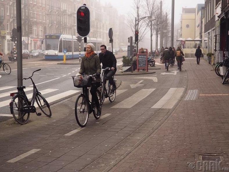 Нидерландад унадаг дугуйны замаар явган хүн огт явж болохгүй