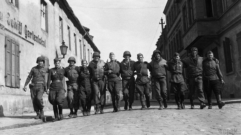 Зөвлөлт-Америкийн цэргүүд Торгау хотод