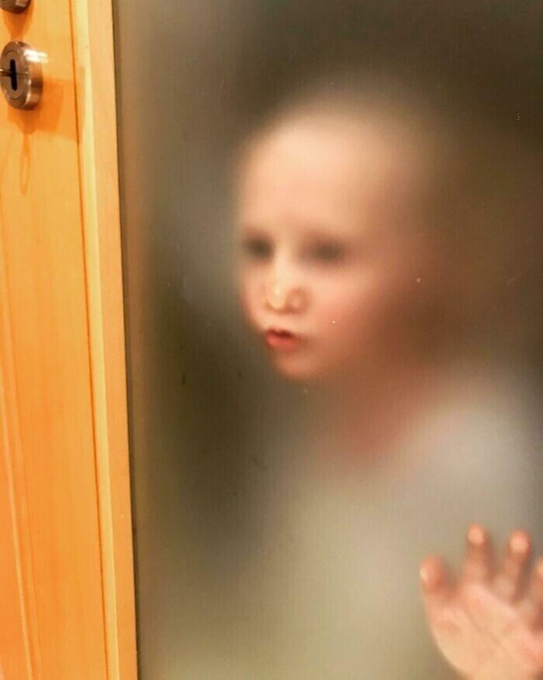 Бага хүү маань хаалганы цаанаас байнга ингэдэг
