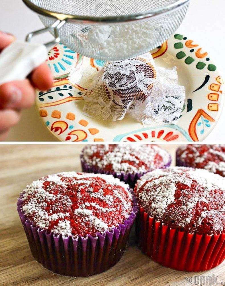 Хэрвээ та кексээ чимэглэхийг хүсвэл дээр нь нэхмэл тор тавиад элсэн чихрийн нунтгаа цацаарай