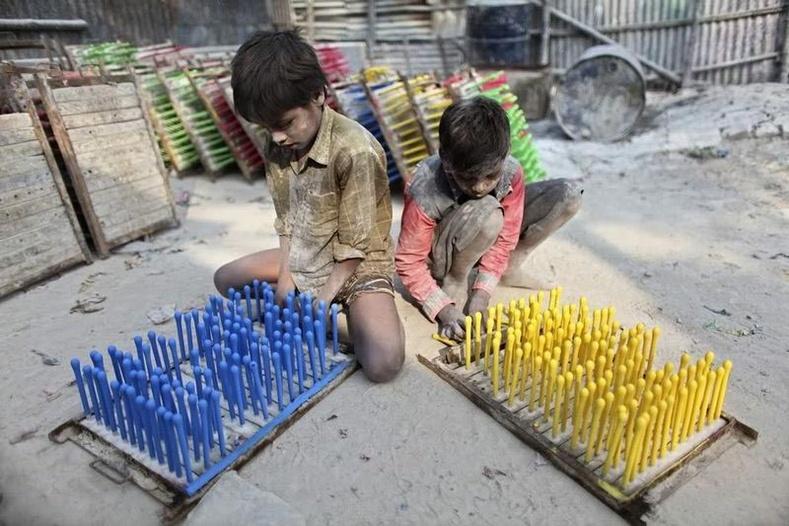 Дэлхийд 5-15 насны 250 орчим сая хүүхэд албан хүчээр хөдөлмөр эрхэлдэг.