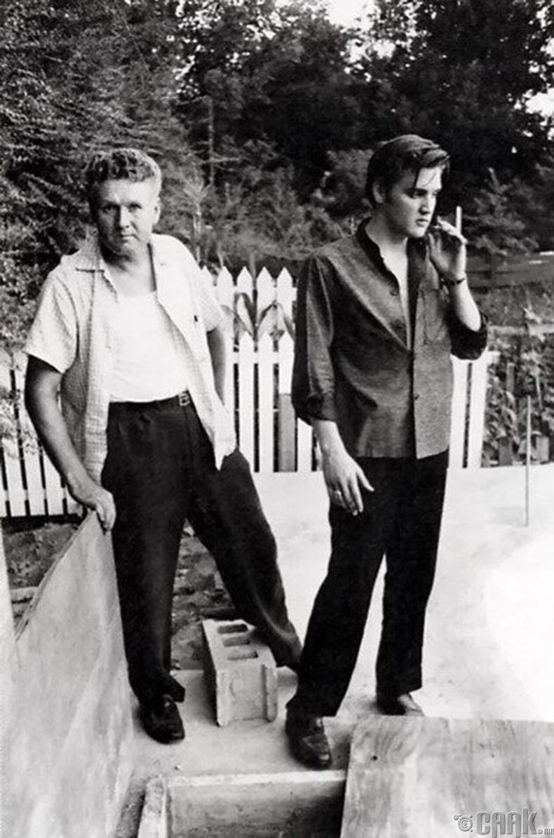 Дуучин Элвис Пресли эцгийн хамт