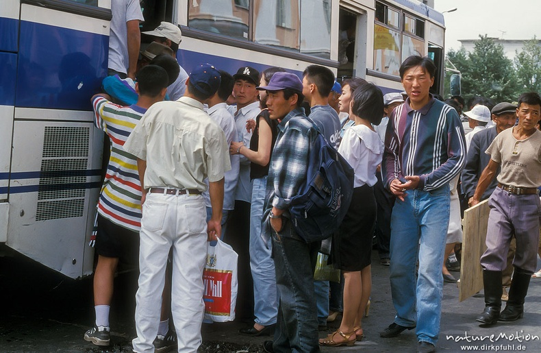Автобусанд сууж буй хүмүүс - Улаанбаатар