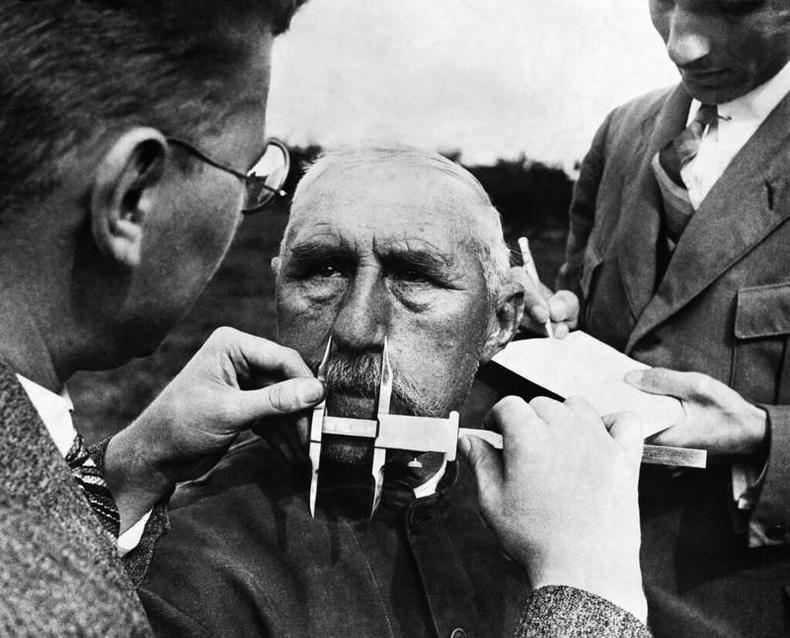 Еврей хүн мөн эсэхийг шалгаж буй нацистууд - Герман, 1940 он