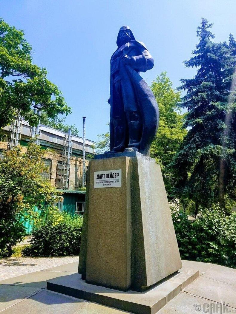 Одесс хотод Лениний хөшөөг Дарт Вэйдер болгожээ