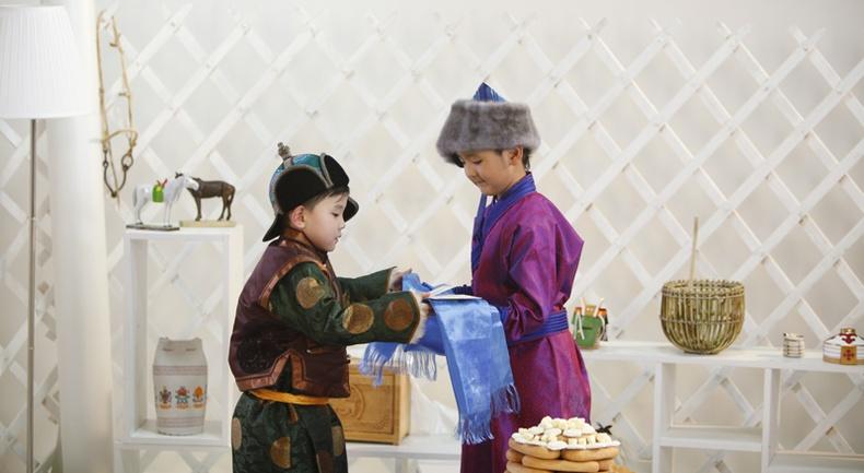 Монгол баяраар Монгол бэлэг