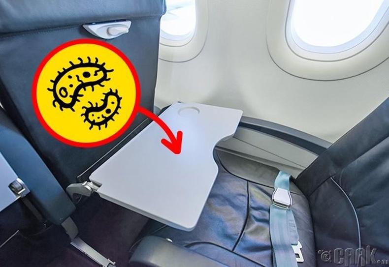 Онгоцон дахь ширээ, сандал бохир гэдгийг санаарай