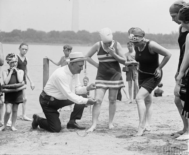 Далайн эргийн харуул эмэгтэйчүүдийн усны хувцасны уртыг хэмжиж байна - 1922 он
