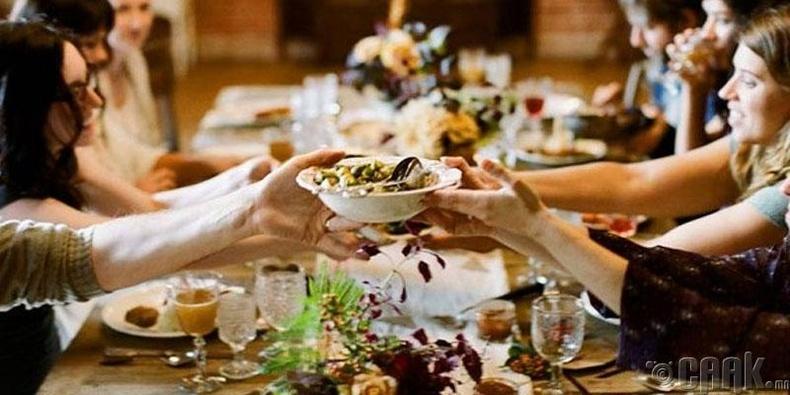 Гэр бүлийнхэнтэйгээ хооллох
