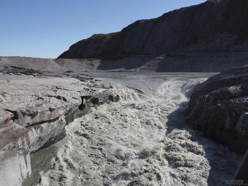 Баруун Гренландын Кангерлуссакын ойролцоо мөсний буй ус цутгаж байна
