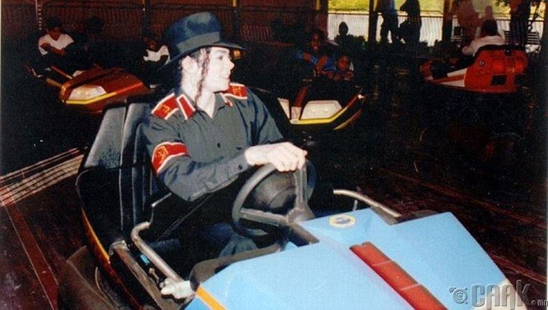 """Дуучин Майкл Жексон (Michael Jackson) """"Neverland Ranch"""" паркад тоглож байгаа нь, 1994 он"""