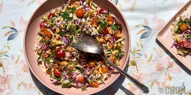 Байцаа, улаан лооль болон хуурсан самартай салат