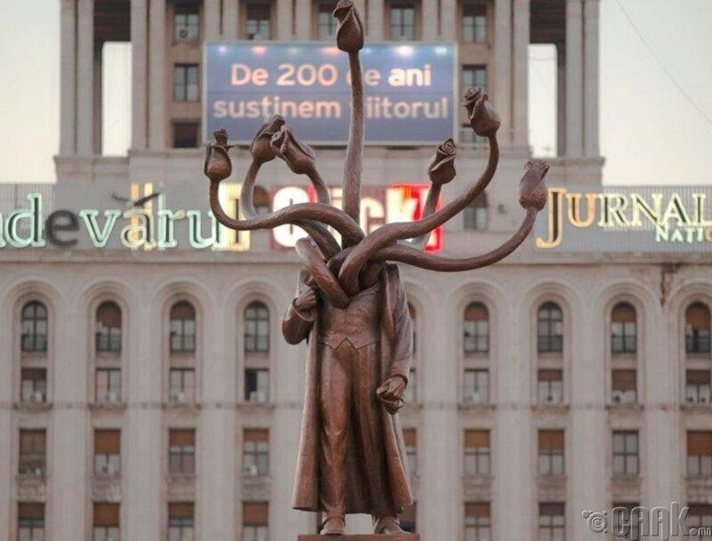 Бухарест дахь Лениний хөшөө олон толгойт үлгэр домгийн амьтан болжээ