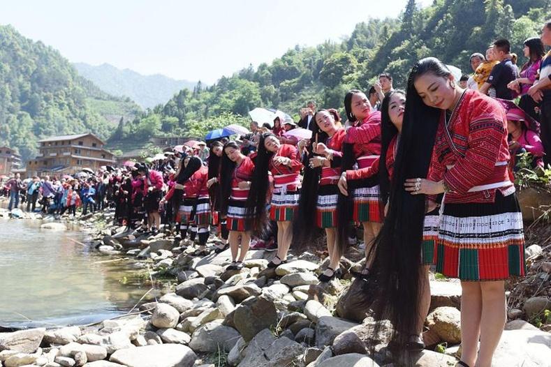 Хятадын нэгэн тосгоны эмэгтэйчүүд амьдралдаа зөвхөн 17 насандаа л үсээ тайруулдаг уламжлалтай