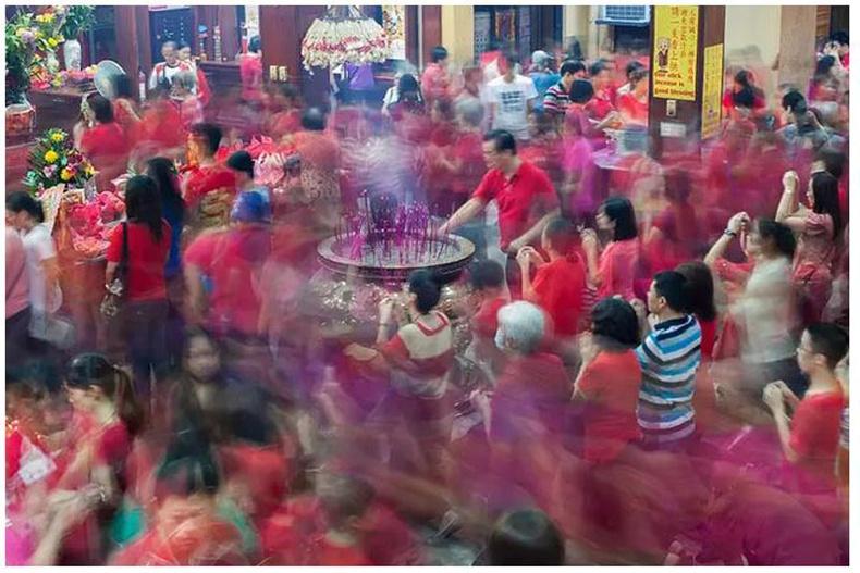 Филлипин: 2015 оны 2-р сарын 19, Манила, Бинондо дүүрэг дэх Сэн Гуан сүмд Хятад гаралтай филиппинчүүд залбирч байна