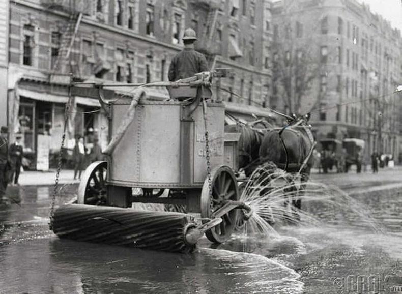 Нью-Иорк хотын гудамжийг угааж байгаа нь - 1906 он