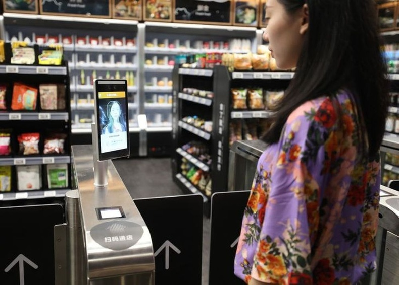 Мөн дэлгүүрүүдийн үйлчилгээнд аажмаар нэвтрүүлж буй царай таних төлбөр тооцооны систем.