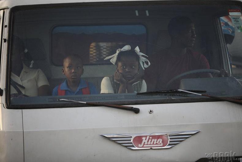 Ачааны машинаар сурагчдыг хичээлд нь хүргэж өгч байна, Порт-О-Пренс, Хаити