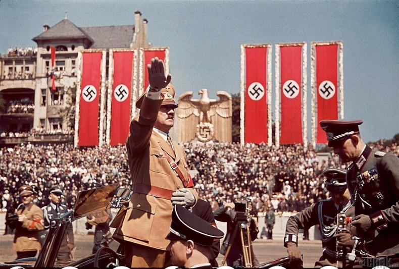 Испанийн иргэний дайнд оролцоод нутагтаа ирж байгаа цэргүүдийг угтаж буй Гитлер - 1939 он