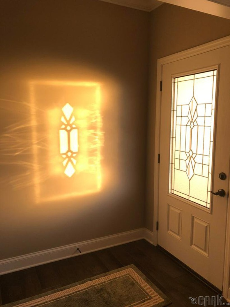 Хаалганы шилээр тусах нарны тусгал