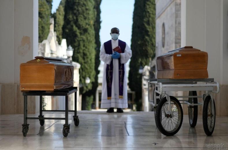 2 хохирогчийн шарилыг адисалж буй нь, Итали, 3 сарын 30