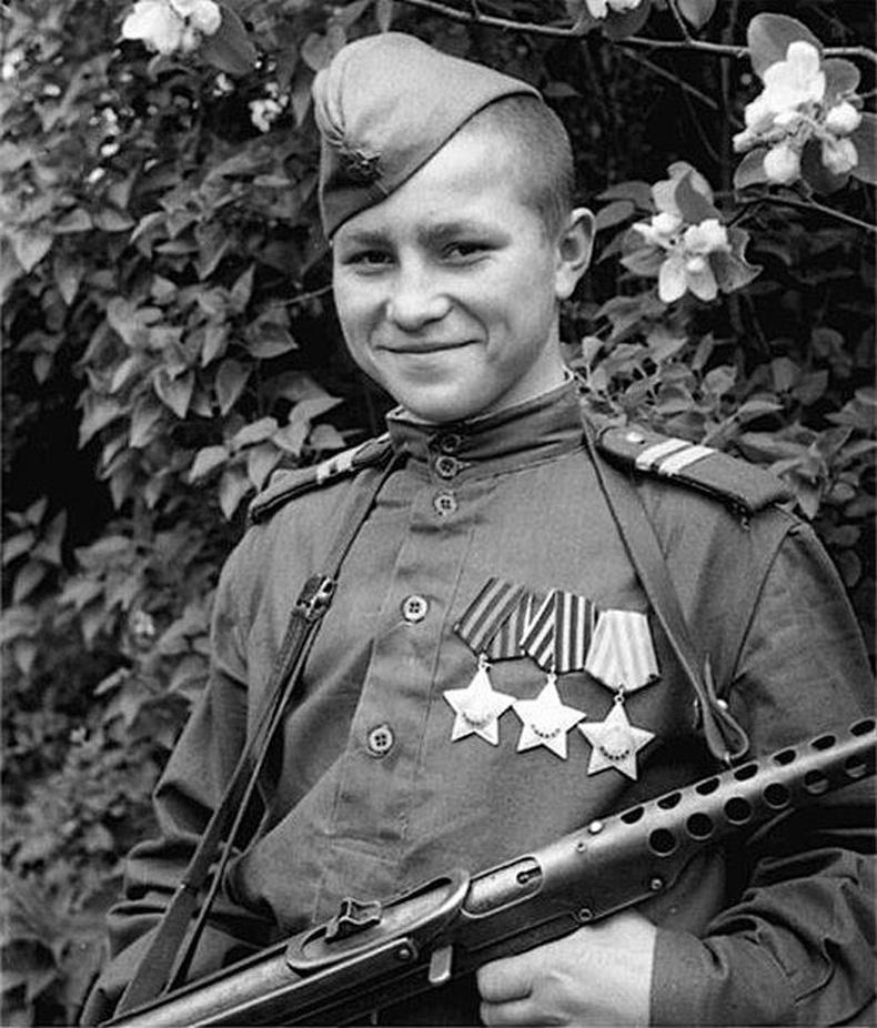 ЗХУ-ын цэргийн гавьяаны бүх одонгоор шагнагдсан 17 настай Иван Кузнецов, 1946 он.