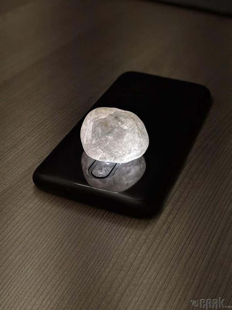 Утасны камерын гэрэл дээр чулуу тавихад