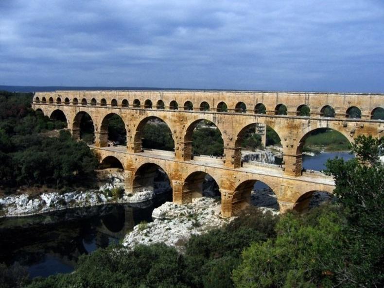 Францын өмнөд хэсэгт орших Понт ду Гардын усан сувгийн гүүрийг Ромчууд ойролцоогоор 2000 жилийн өмнө барьсан бөгөөд одоог хүртэл ашиглалтад байгаа юм
