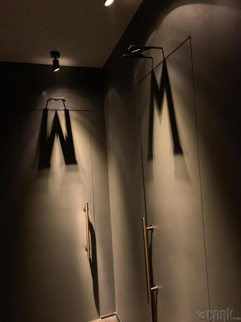 Харин энд гэрлийн тусгалаар ариун цэврийн өрөөний хүйсийн ялгааг илэрхийлжээ