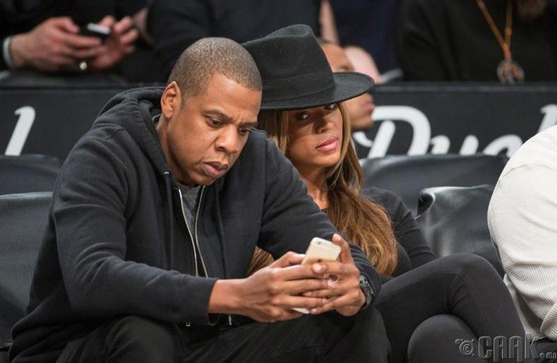 Яагаад нөхрийнхөө утсыг шалгахыг хүсээд байдаг юм бол?