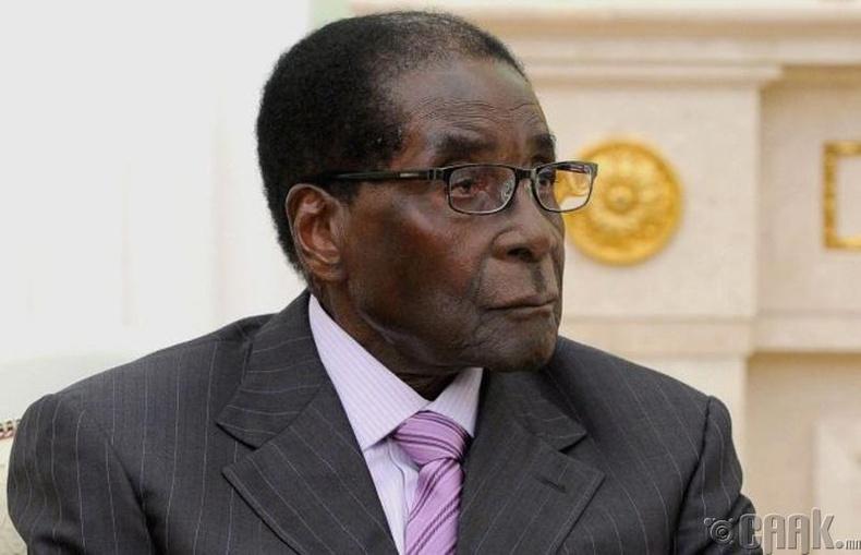 Роберт Мугабе өрнөдийн орнуудын удирдагчдын гар хөл