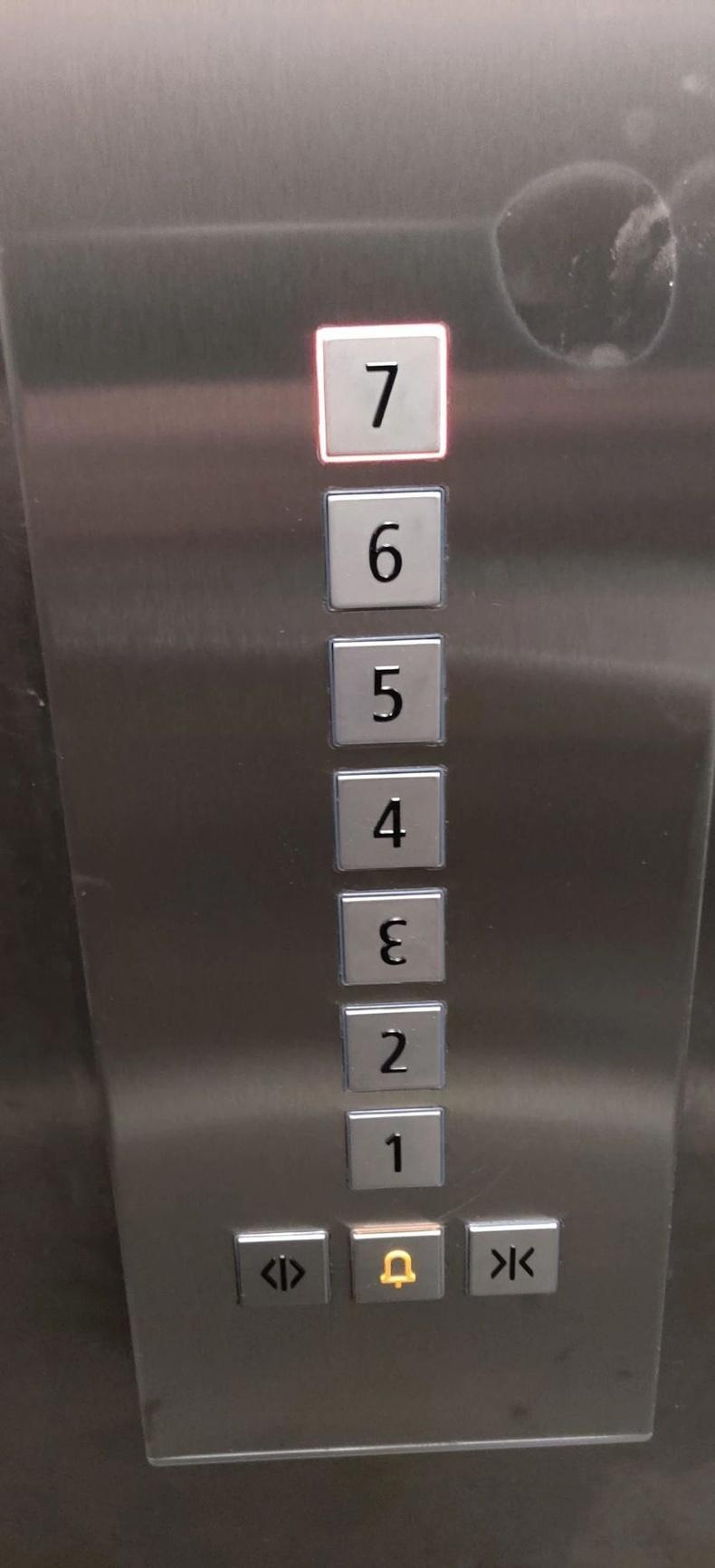 Лифтний товчлуур дээр ч залхуурчээ