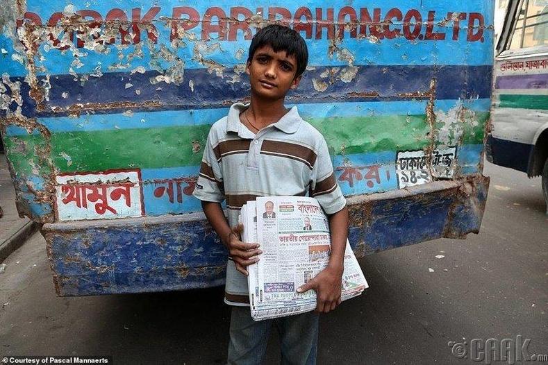 Бангладешийн Дака хотод сонин зардаг хүү ажлаа эхлүүлсэн нь