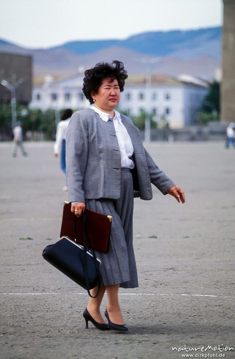 Ажилдаа очиж буй эмэгтэй - Сүхбаатарын талбай