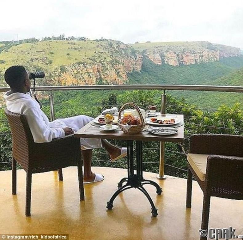 Байгалийн үзэсгэлэнг дурандангаа өглөөний цайгаа уух сайхан