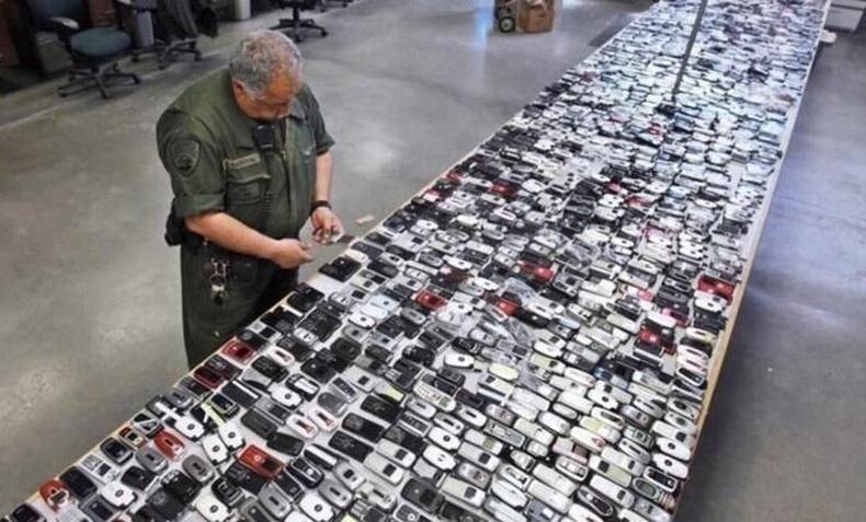 Калифорнийн шоронд нууцаар оруулахыг завдсан гар утаснууд